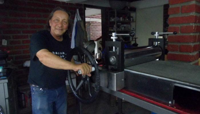 Maestro Carlos Tulio Suárez y su prensa de grabado de 1/2 pliego